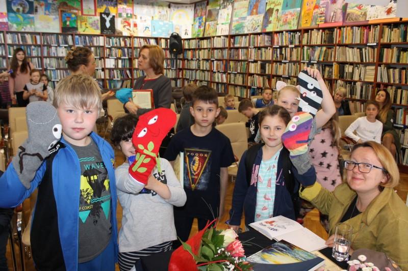 """""""Niesamowite przygody dziesięciu Skarpetek"""", czyli Justyna Bednarek międzyzdrojskiej bibliotece"""