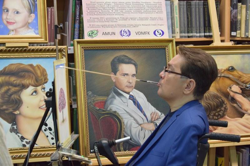 Wernisaż Walerego Sietbałowa – artysty malującego ustami w Miejskiej Bibliotece Publicznej w Dziwnowie